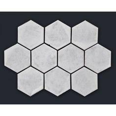 Rustykalna płytka sześciokątna, biała glazura. Płytki rustykalne glazurowane to płytki ceramiczne pochodzące z rodzinnej manufaktury Rogiński Warsztat Artystyczny. Płytki wykonywane są ręcznie z wysokiej jakości masy klinkierowej, a następnie szkliwione.