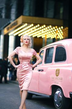 Pink lady and car Pink Lady und Auto Rockabilly Fashion, 1950s Fashion, Vintage Fashion, Rockabilly Style, Pink Lady, Looks Vintage, Vintage Pink, Trajes Pin Up, Burlesque Vintage