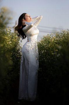 Ao Dai, Vietnamese Dress, Beautiful Bollywood Actress, Sexy Asian Girls, Traditional Dresses, Sexy Dresses, Asian Beauty, Kendall Jenner, Wet Dreams