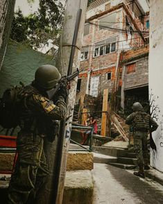 City battles in Brazil . Military Girl, Military Police, Military Weapons, Military History, Us Navy Seals, Arsenal, Military Special Forces, Combat Gear, Naval