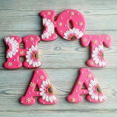 «По-моему, это шестые буквы с герберами на моей памяти ))))) 〰〰〰〰 Все буквы можно посмотреть здесь #gbvika_буквы 〰〰〰〰 #имбирныепряники #пряники…»