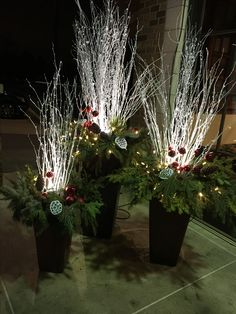Lighted winter pots Artificial fir tree as Christmas decoration? An artificial Christmas Tree or a real one? Lovers of a Outdoor Christmas Planters, Christmas Urns, Church Christmas Decorations, Christmas Centerpieces, Christmas Projects, Christmas Lights, Christmas Wreaths, Holiday Decor, Christmas Floral Arrangements