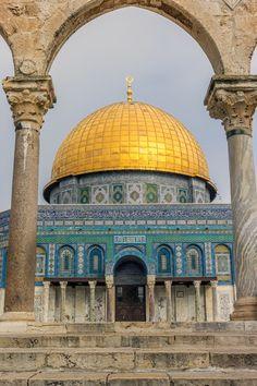 Entering Visiting Qubbat al-á¹¢akhra, an Islamic shrine located on the Temple M. Temple Mount, Traditional Tile, Arabic Art, Moorish, Old City, Art And Architecture, First Night, Art History, Taj Mahal