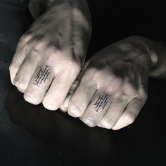 Monochrom, filigran und minimalistisch sind die großartigen von der Typographie inspirierten Tattoo-Arbeiten von Léo Gavaggiozu bewerten.