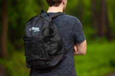 Praktyczny sportowy plecak wykonany z czarnego nylonu z ergonomicznie zaprojektowanymi wygodnymi szelkami naramiennymi. Plecak posiada amortyzowane plecy oraz dodatkowy pas biodrowy, dzięki czemu podczas wędrówki niesiony ciężar nie obciąża w znacznym stopniu mięśni pleców, ramion i kręgosłupa. Zarówno pas biodrowy, jak i szelki naramienne można w łatwy sposób regulować poprzez przesunięcie pasków ściągających w odpowiednią stronę. Caterpillar, Sling Backpack, Ipod, Beautiful Places, Backpacks, Bags, Shoes, Handbags, Zapatos