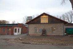 Rechtes Gebäude - Seminarraum, links Lagerhallen