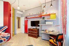 Комната для мальчика-подростка носит чуть-чуть английский оттенок. Но всё объединено постмодернистским подходом к выбору мебели и предметов интерьера.
