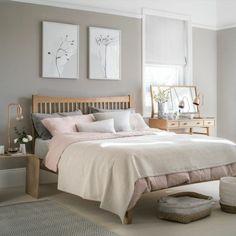 couleur taupe clair murs taupe plafond blanc lit de bois parquet de bois tapis en gris lampes dorees vases de fleurs