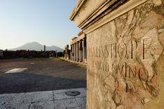Le forum de Pompéi Les archéologues ont recensé 1 150 morts dus à l'éruption du Vésuve (au fond) pour la seule Pompéi. La cité est restée ensevelie sous les cendres jusqu'au XVIIIe siècle, quand ont eu lieu les premières fouilles.