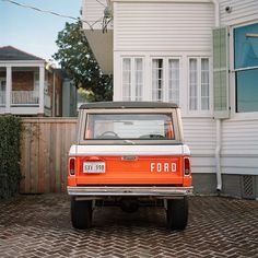 Perfect Ford Bronco for a road trip with a lucky lady. Dream Cars, My Dream Car, Classic Ford Broncos, Ford Classic Cars, Classic Bronco, Classic Trucks, Ford Motor Company, Lifted Trucks, Ford Trucks