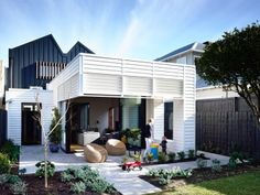 หลายๆคนคงจะคุ้นเคยกับบ้านหลังเดิมจนไม่อยากที่จะย้ายออกไปไหน เจ้าของบ้านหลังนี้ก็เช่นกันค่ะ เลือกที่จะต่อเติมบ้านหลังเก่าให้เป็นบ้านทันสมัยแทนการสร้างใหม่ ตามมาดูเลย