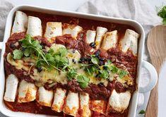 Vegetar Enchiladas - opskrift på en lækker og smovset ret uden kød Enchiladas, Mexican Food Recipes, Ethnic Recipes, Cheesesteak, Sandwiches, Dinner, Danish, Dining, Mexican Recipes