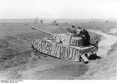 Rußland-Süd 1944 Panzer IV Ausf. J, mit Panzerschürzen und Tarnanstrich beim Durchqueren eines kleinen Gewässers; KBZ. HGr. Südukraine.