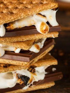 Und zum Schluss noch etwas Süßes. Aber nicht irgendetwas Süßes, sondern diese ober mega leckeren, phänomenalen, unwiderstehlichen, einzigartigen ... S'mores - knusprige Cookies mit einem Herz aus gegrillten Marshmallows und geschmolzener Schokolade.