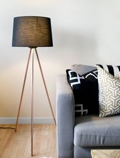 DIY tripod lamp with copper pipe Copper Floor Lamp, Rustic Floor Lamps, Diy Floor Lamp, Wood Floor Lamp, Modern Floor Lamps, Modern Lighting, Lighting Ideas, Diy Wood Floors, Diy Flooring