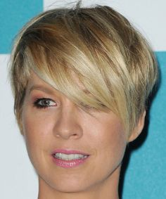 Jenna Elfman Cute Short Layered Razor Cut With Long Bangs Short Pixie Haircuts, Cute Hairstyles For Short Hair, Pretty Hairstyles, Short Hair Cuts, Short Hair Styles, Pixie Haircut Thin Hair, Wedge Hairstyles, Stylish Hairstyles, Corte Y Color