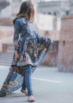 No face makeups Simple Pakistani Dresses, Pakistani Fashion Casual, Pakistani Dress Design, Pakistani Outfits, Indian Outfits, Indian Fashion, Ethnic Outfits, Frock Fashion, Girl Fashion