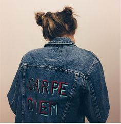 Carpe Diem Painted Jean Jacket by RVVLshop on Etsy - Куртка (Бэйн) - Jackets Painted Jeans, Painted Clothes, Carpe Diem, Denim Art, Diy Clothing, Handmade Clothes, Diy Fashion, Trendy Outfits, Painted Jackets