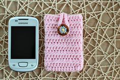 Crochet Cell Phone Cover by Zoom Yummy. if i adjust it, i can make a wallet/phone case. oh the possibilities