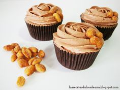 Cupcakes de chocolate con cacahuetes fritos con miel, chocolate cupcakes with honey fried peanuts