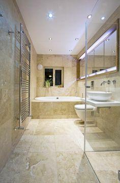 travertine salle de bains, parois en verre, plafond blanc, baignoire à encastrer