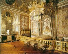 Je l'avais expliqué grosso modo un peu plus haut mais ça ne me dérange pas de donner de plus amples informations.      Toutes mes photos sont tirées de Google images. Donc libres de droit. Rassurez-moi...      Les Grands Appartements, appelés comme tels, sont la partie que nous visitons tous quand nous prenons notre billet à Versailles. C'est en grande majorité du Louis XIV donc classique :