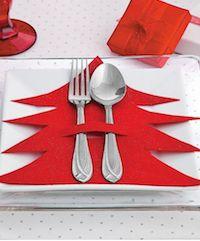 Heb jij deze kerst een kerstdiner gepland? Grote kans van wel! Voor alle meiden die (helpen) dit organiseren hebben we een aantal hele leuke DIY's om de tafel mooi en kerstachtig te dekken. Denk aan tafelstukken, kaartjes, placemats en naamplaatjes. Je kan het zo gek maken als je zelf wilt! Jouw gasten zullen zeker onder de indruk zijn :-).