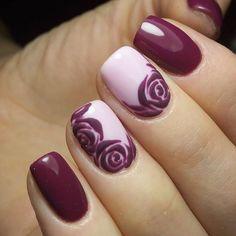 Nail art viola con rose su rosa: