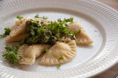 Ravioli er ikke svært at lave selv og hjemmelavet ravioli smager fantastisk. Denne gang er opskriften med laks og spinat. Se opskrift og billeder her Ravioli, Ricotta, Food And Drink, Healthy Eating, Pasta, Meat, Chicken, Ethnic Recipes, Spinach