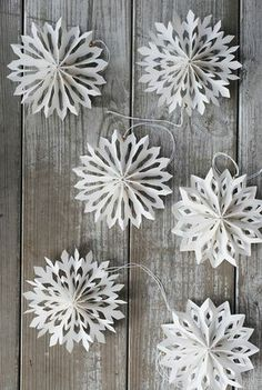 Pleated Paper Snowflake garland  |  Julgranshänge snöstjärna - House Doctor  |  from:  Julia's Vita Drommar (White Dreams)  |  via:  http://www.juliasvitadrommar.se