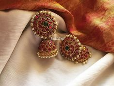 13 Unique Jhumka Designs You Can't Afford To Miss! Gold Jhumka Earrings, Indian Jewelry Earrings, Jewelry Design Earrings, Gold Earrings Designs, Gold Jewellery Design, Temple Jewellery, India Jewelry, Silver Jewellery, Necklace Designs