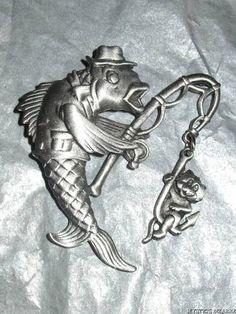 JJ PEWTER PEWTER TONE CAT FISHING FISH CHARM BROOCH