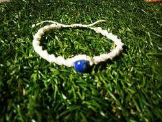 Sieh dir dieses Produkt an in meinem Etsy-Shop https://www.etsy.com/de/listing/534455843/weisses-macrame-armband-mit-blauen-lapis