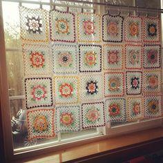 crochet curtain Crochet Squares, Crochet Granny, Crochet Doilies, Love Crochet, Knit Crochet, Crochet Designs, Crochet Patterns, Crochet Curtains, Crochet Home Decor