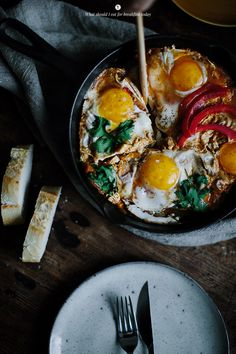Eggs fried with tomatoes and goat cheese / Marta Greber