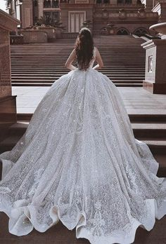 10 Wonderful wedding gowns - 1 You want your hair and makeup to look beautiful on the happiest day. Maybe the wedding gowns you should wear once in yo. Princess Wedding Dresses, Dream Wedding Dresses, Bridal Dresses, Wedding Gowns, Wedding Dresses With Bling, Queen Wedding Dress, Glamouröse Outfits, Beautiful Gowns, Beautiful Bride