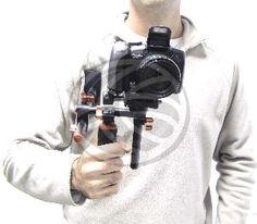 MagicRig de Aputure es un soporte de cámara de fotos o vídeo para hombro. Evita el movimiento dotanto al operador de foto o vídeo de mayor estabilidad, balance y confort cuando se necesita. Dispone de zapata deslizante y extraible, con rosca universal de fijación a cámara de fotos o vídeo. Se adapta ergonómicamente a la zona pectoral y del hombro, ya que dispone de una pieza redondeada y acolchada. Accesorio de calidad fabricado en aluminio de color negro y cierres de color naranja.