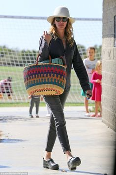 Stylish soccer mom: Julia Roberts, swapped her glad rags for a decidedly laidback look as she attended her children's soccer match in Los Angeles on Sunday morning Clogs Outfit, Outfit Jeans, Julia Roberts Style, Jean Outfits, Cute Outfits, Smart Attire, Soccer Match, Football Match, Thing 1