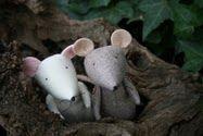 free sewing pattern for these adorable little mice ...   download here:  https://docs.google.com/file/d/0B8dFYoV_Cce6OTgwZjk1NjMtOTZlOS00NDFjLTlmYmUtNjRlODJkOWUxYTdk/edit?hl=en=CLmK9ZME