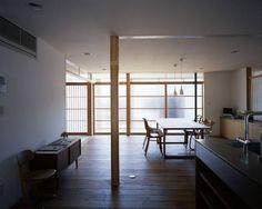 位於大分県宇佐市的木造二階建築,年輕夫婦喜歡的設計風格偏向現代感,家具的挑選也以機能為主要考量,以無垢板、珪藻土作為主要素材。另一區塊則是父母居住的和室,以既存的欄間、幕板、照明器具、以及舊有建具,記憶家族保存的歴史。 via 小畠建築設計事務所
