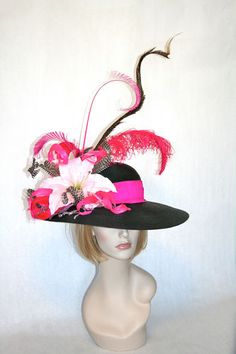 Tall feather kentucky derby hat with hot pink! Derby Time, Derby Day, Run For The Roses, Fancy Hats, Diy Hat, Kentucky Derby Hats, Wide-brim Hat, Royal Ascot, Love Hat