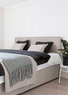Our collaboration with Finnish real estate agency Bo LKV, photo by Mikael Pettersson Modern Bedroom Design, Contemporary Bedroom, Luxury White Bedroom Furniture, Beige Headboard, Chic Bedding, Modern Bedding, Luxury Bedding, Black Bed Linen, Black Rooms