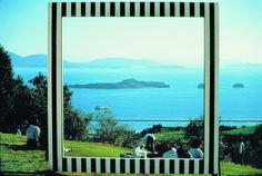 """Daniel Buren, """"Sha-kkei"""" (emprunter le paysage), installation in-situ à Ushimado au Japon, 1985. Cinq panneaux carrés de trois mètres de côté, découpés chacun par une forme géométrique simple (cercle, carré, triangle, losange), et recouverts de bandes blanches et noires sur leur face avant."""