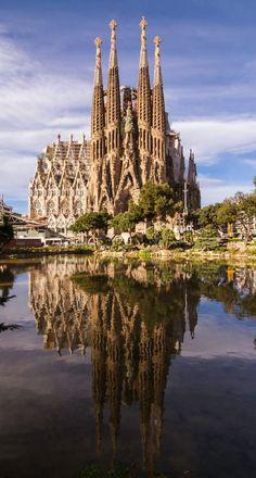 Ouvre inachevée de Gaudi, ce chantier titanesque _ A Sagrada Familia Barcelona szimbóluma. Ez a gigantikus projekt, Gaudi befejezetlen munkája Places Around The World, Travel Around The World, Around The Worlds, Places To Travel, Places To See, Wonderful Places, Beautiful Places, Antoni Gaudi, Beautiful Buildings