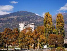#FoliageinItaly Das Schloss Aymavilles im herbstlichen Aostatal! Es wurde um das 12. Jahrhundert auf einem niedrigen Hügel Richtung Dora errichtet. Zwischen dem 14. und dem 15. Jahrhundert wurde es wiederaufgebaut und mit vier mächtigen Türmen ausgestattet. Am Anfang des Settecento wurden die alten Festungsbauten niedergerissen und die Burg wurde in eine elegante Herrschaftsresidenz umgebaut.