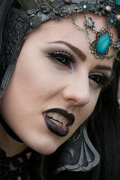 Queen of Harbinger Death at the Elf Fantasy Fair Haarzuilens 2011 (would work for steampunk too, I'm sure) Female Vampire, Vampire Girls, Vampire Art, Vampire Fangs, Goth Beauty, Dark Beauty, Vampires, Elfen Fantasy, Sience Fiction