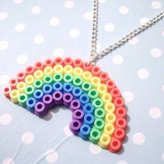 ¿Sabes qué son y como hacer manualidades con hama beads? Estas manualidades son muy fáciles de hacer y tiene un resultado muy vistoso y llamativo.