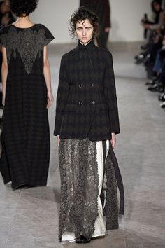 Take a look to Uma Wang Collections Fall Winter 2017-18collection: the fashion accessories and outfits seen on Parigi runaways.