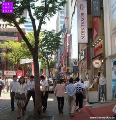 """Hi Seoul! Die Einkaufstraße in Myeong-dong, auch """"Cosme-Road"""" genannt, ist DAS Beauty-Mekka für alle Kosmetik-Fans. Hier entstehen weltweit die innovativsten Beautytrends von morgen.  #seemyskin #itsskin #itsskindeutschland #itsskinofficial #Seoul #Korea #Myeongdong #CosmeRoad #Kbeauty #koreanischeKosmetik #Kosmetik #koreanischeHautpflege #innovativ #Beautytrends #asiatischekosmetik"""