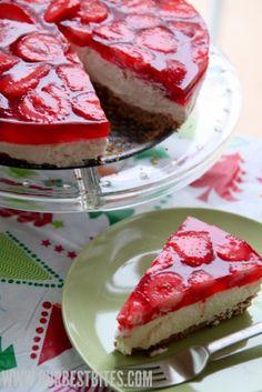 creamy strawberry jello pie (strawberry pretzel dessert in pie form!) and links to 75 jello desserts Brownie Desserts, Jello Recipes, Köstliche Desserts, Delicious Desserts, Dessert Recipes, Pudding Desserts, Yummy Food, Strawberry Jello, Strawberry Desserts